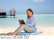 Купить «happy smiling woman with tablet pc on summer beach», фото № 30529127, снято 15 июня 2018 г. (c) Syda Productions / Фотобанк Лори