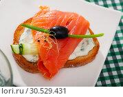 Купить «Toast with salmon, cucumber and creamy sauce», фото № 30529431, снято 11 июля 2020 г. (c) Яков Филимонов / Фотобанк Лори