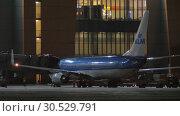 Купить «Boarding KLM airplane at night. Sheremetyevo Airport in Moscow, Russia», видеоролик № 30529791, снято 29 ноября 2017 г. (c) Данил Руденко / Фотобанк Лори