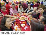 Chinese New Year 'lau yee-sang' dinner at Sungai Maong Community hall in Kuching, Sarawak, Malaysia (2019 год). Редакционное фото, фотограф Chua Wee Boo / age Fotostock / Фотобанк Лори