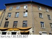 Купить «Четырехэтажный двухподъездный кирпичный жилой дом. Построен в 1956 году. Улица Макаренко, 9 строение 2. Басманный район. Город Москва», эксклюзивное фото № 30535807, снято 11 апреля 2015 г. (c) lana1501 / Фотобанк Лори