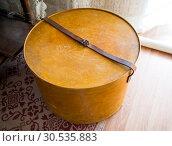 Купить «Старинная деревянная коробка для шляп», фото № 30535883, снято 22 августа 2018 г. (c) Вячеслав Палес / Фотобанк Лори