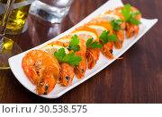 Купить «Grilled shrimps with lemon», фото № 30538575, снято 28 мая 2020 г. (c) Яков Филимонов / Фотобанк Лори