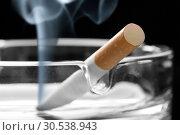 Cigarette on ashtray. Стоковое фото, фотограф Tryapitsyn Sergiy / Фотобанк Лори