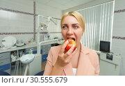 Купить «Woman eating an apple», фото № 30555679, снято 10 июня 2016 г. (c) Tryapitsyn Sergiy / Фотобанк Лори