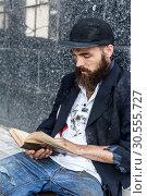 Купить «Vagrant reading», фото № 30555727, снято 22 июля 2019 г. (c) Tryapitsyn Sergiy / Фотобанк Лори