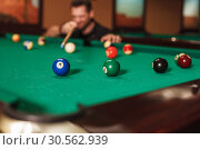 Going to drive a sphere into the billiard pocket. Стоковое фото, фотограф Tryapitsyn Sergiy / Фотобанк Лори