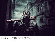 Купить «Psycho man in hockey mask with bloody baseball bat», фото № 30563275, снято 7 ноября 2016 г. (c) Tryapitsyn Sergiy / Фотобанк Лори