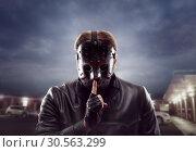Купить «Bloody maniac in hockey mask show do not talk sign», фото № 30563299, снято 24 мая 2019 г. (c) Tryapitsyn Sergiy / Фотобанк Лори