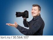 Smiling man with professional digital camera. Стоковое фото, фотограф Tryapitsyn Sergiy / Фотобанк Лори