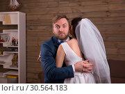 Newlyweds embracing on wedding photo shoot. Стоковое фото, фотограф Tryapitsyn Sergiy / Фотобанк Лори