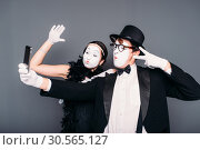 Pantomime theater performers makes selfie. Стоковое фото, фотограф Tryapitsyn Sergiy / Фотобанк Лори