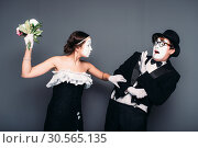 Comedy artists performing with flower bouquet. Стоковое фото, фотограф Tryapitsyn Sergiy / Фотобанк Лори