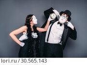 Comedy artists waiting for bomb explosion. Стоковое фото, фотограф Tryapitsyn Sergiy / Фотобанк Лори