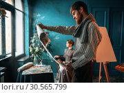 Купить «Painter looking at canvas painting against poseur», фото № 30565799, снято 17 марта 2017 г. (c) Tryapitsyn Sergiy / Фотобанк Лори
