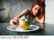 Купить «Female hand reaches plate with apple», фото № 30570067, снято 10 января 2018 г. (c) Tryapitsyn Sergiy / Фотобанк Лори