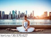 Body flexibility of classical ballet dancer. Стоковое фото, фотограф Tryapitsyn Sergiy / Фотобанк Лори