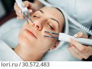 Купить «Face rejuvenation procedure, beauty medicine», фото № 30572483, снято 13 июня 2018 г. (c) Tryapitsyn Sergiy / Фотобанк Лори