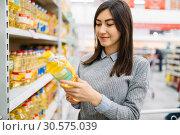 Woman choosing sunflower oil in a supermarket. Стоковое фото, фотограф Tryapitsyn Sergiy / Фотобанк Лори