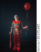 Купить «Ugly bloody clown with baseball bat and balloon», фото № 30575847, снято 7 декабря 2018 г. (c) Tryapitsyn Sergiy / Фотобанк Лори