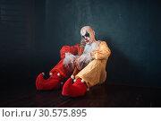 Купить «Tired bloody clown with bat sitting on the floor», фото № 30575895, снято 7 декабря 2018 г. (c) Tryapitsyn Sergiy / Фотобанк Лори