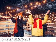 Купить «Winter evening, playful love couple throw snow up», фото № 30576251, снято 19 января 2019 г. (c) Tryapitsyn Sergiy / Фотобанк Лори