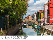 Купить «Cityscape on the island of Burano with a canal and bright colorful buildings on the shores, Venice, Italy», фото № 30577291, снято 17 апреля 2017 г. (c) Наталья Волкова / Фотобанк Лори