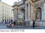 Туристы у галереи Альбертина, Вена, Австрия (2018 год). Редакционное фото, фотограф Ольга Коцюба / Фотобанк Лори