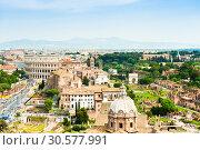Купить «Красивый вид на здание Колизея и Римский Форум. Красивый городской пейзаж с высоты птичьего полета в весенний день. Рим. Италия», фото № 30577991, снято 28 апреля 2018 г. (c) E. O. / Фотобанк Лори