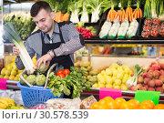 Купить «Male seller helping to choose», фото № 30578539, снято 18 марта 2017 г. (c) Яков Филимонов / Фотобанк Лори