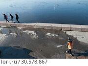 Купить «Набережную Кутузова возле Литейного моста очищают от грязи. Санкт-Петербург», эксклюзивное фото № 30578867, снято 6 апреля 2019 г. (c) Румянцева Наталия / Фотобанк Лори