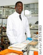 Купить «Proffesional man lab scientists in interior of laboratory», фото № 30579883, снято 21 марта 2019 г. (c) Яков Филимонов / Фотобанк Лори