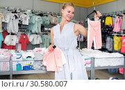 Female 25-37 years old is choosing clothes for daughter. Стоковое фото, фотограф Яков Филимонов / Фотобанк Лори