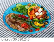 Купить «Fried beef loin with summer salad», фото № 30580243, снято 27 июня 2018 г. (c) Яков Филимонов / Фотобанк Лори