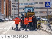 Купить «Рабочие ремонтируют канализационные колодцы в посёлке Северный в Москве», эксклюзивное фото № 30580903, снято 2 апреля 2019 г. (c) Алёшина Оксана / Фотобанк Лори