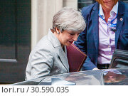 British Prime Minister Theresa May leaves Downing Street after meeting... (2017 год). Редакционное фото, фотограф Wheatley / WENN / age Fotostock / Фотобанк Лори