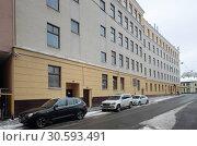 Автомобили у здания школы № 1500, Москва (2019 год). Редакционное фото, фотограф Дмитрий Неумоин / Фотобанк Лори