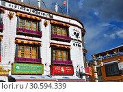Типовая архитектура зданий на улице Баркор в Лхасе, Тибет, Китай (2018 год). Редакционное фото, фотограф Овчинникова Ирина / Фотобанк Лори