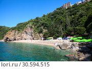 Панорама пляжа Могрен I. Два пляжа соединены туннелем в скале. Галечный пляж к западу от Старого города Будвы, Черногория (2016 год). Стоковое фото, фотограф Кекяляйнен Андрей / Фотобанк Лори