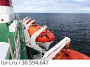 Купить «Оранжевые спасательные шлюпки висят по бокам судна. Круизный лайнер Viking Line в Балтийском море», фото № 30594647, снято 1 июля 2018 г. (c) Кекяляйнен Андрей / Фотобанк Лори