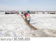 Купить «Люди идут через реку по ледовой переправе», фото № 30595655, снято 8 апреля 2019 г. (c) Яковлев Сергей / Фотобанк Лори