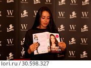 Marnie Simpson Does book signing at Waterstones Bluewater (2017 год). Редакционное фото, фотограф Ricky Swift / WENN.com / age Fotostock / Фотобанк Лори