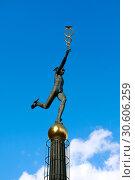 Купить «Скульптура  Гермеса - покровителя торговли возле Центра международной торговли в Москве, Краснопресненская набережная, 12», фото № 30606259, снято 9 марта 2019 г. (c) Татьяна Белова / Фотобанк Лори