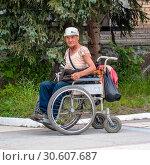 Купить «Нищий в инвалидной каляске», фото № 30607687, снято 6 июля 2010 г. (c) Игорь Боголюбов / Фотобанк Лори