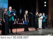 Группа певцов на сцене (2019 год). Редакционное фото, фотограф Дмитрий Неумоин / Фотобанк Лори