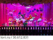 Купить «Рождественские украшения в витрине парижского универмага Галереи Лаффает (Galeries Lafayette). Забавные игрушечные монстры.», фото № 30612831, снято 18 декабря 2018 г. (c) Сергей Рыбин / Фотобанк Лори
