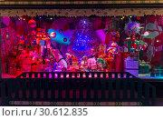 Купить «Рождественские украшения в витрине парижского универмага Галереи Лаффает (Galeries Lafayette). Забавные игрушечные монстры.», фото № 30612835, снято 18 декабря 2018 г. (c) Сергей Рыбин / Фотобанк Лори
