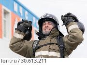 Купить «Сотрудник МЧС России поднимает две гири весом по 24 килограмма. Функциональное пожарно-спасательное многоборье», фото № 30613211, снято 19 апреля 2019 г. (c) А. А. Пирагис / Фотобанк Лори