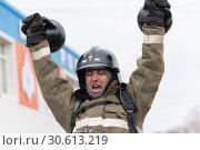 Купить «Сотрудник МЧС России поднимает две гири весом по 24 килограмма. Функциональное пожарно-спасательное многоборье», фото № 30613219, снято 19 апреля 2019 г. (c) А. А. Пирагис / Фотобанк Лори