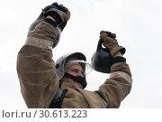 Купить «Сотрудник МЧС России поднимает две гири весом по 24 килограмма. Функциональное пожарно-спасательное многоборье», фото № 30613223, снято 19 апреля 2019 г. (c) А. А. Пирагис / Фотобанк Лори